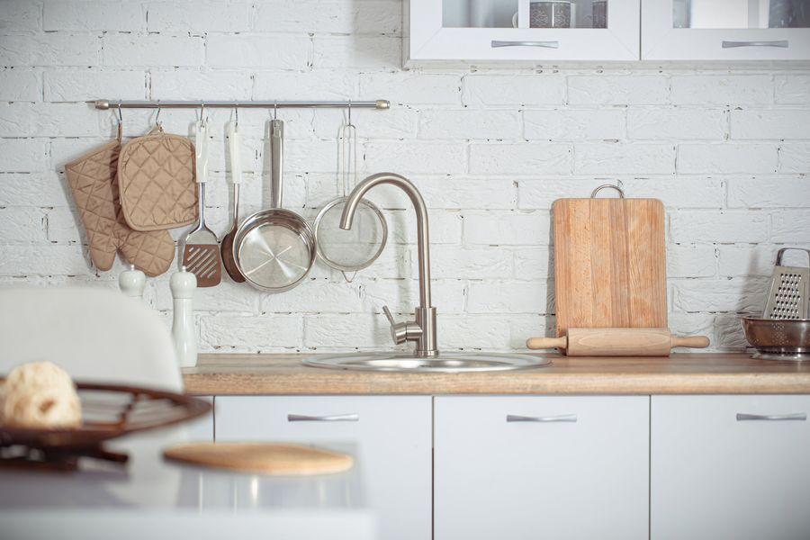 como limpiar muebles de cocina de madera barnizada