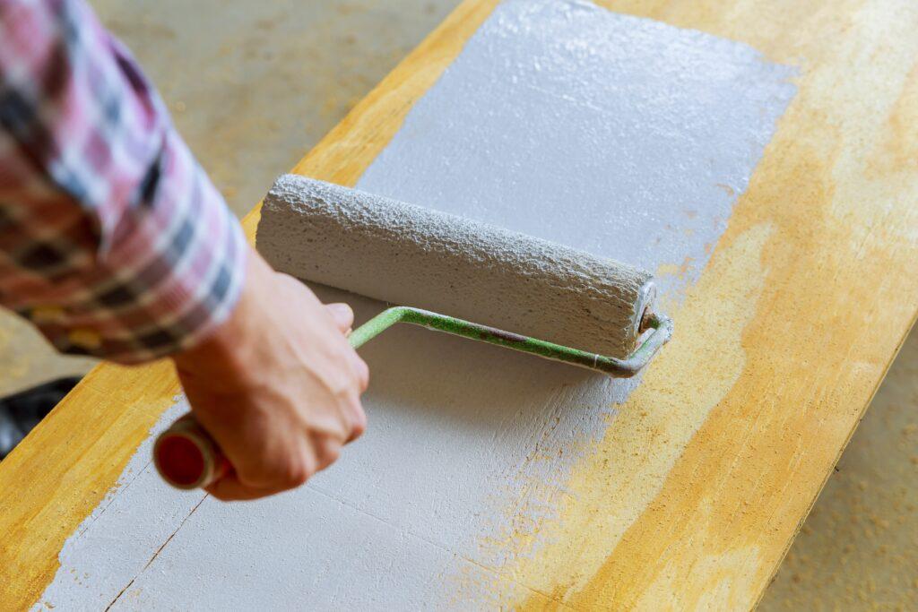 pintar madera barnizada