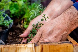 como hacer una jardinera de madera con palets