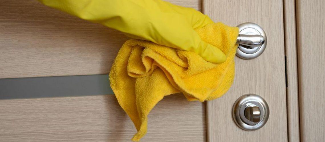como limpiar puertas de madera muy sucias